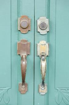 문을 열기위한 손잡이.