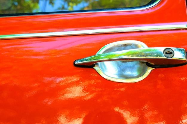 Ручка оранжевой автомобильной двери