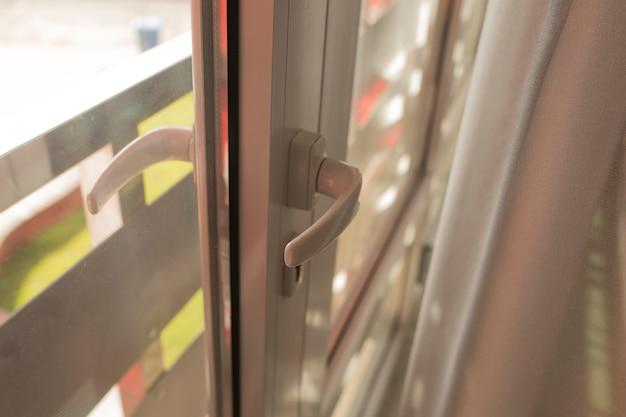 現代のプラスチック製のドアのハンドル。クローズアップショット