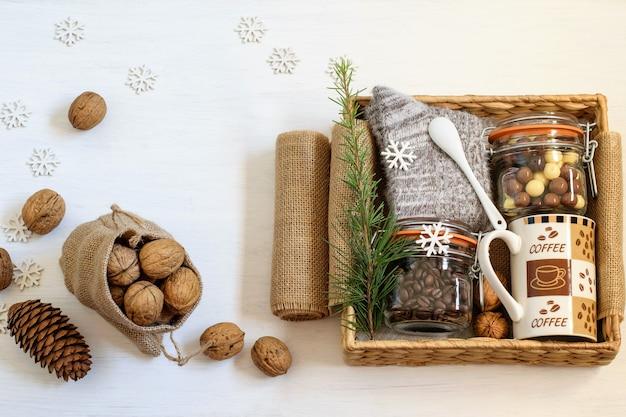 커피, 커피 컵, 초콜릿 원두, 따뜻한 양말 및 호두로 포장 된 수제 대체 선물 상자 관리