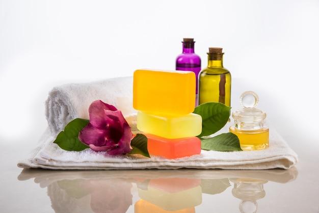 Аюрведическое мыло ручной работы с принадлежностями для ванны и спа. живые цветы, драгоценные масла, ступка и полотенца