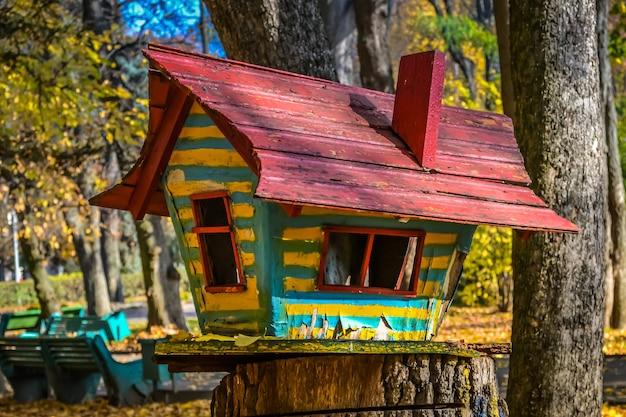 중앙 vinnitsa 공원의 그루터기에 서 있는 밝은 색상으로 칠해진 수제 새집