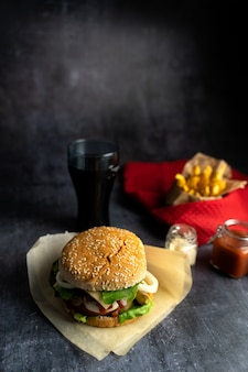Бургер ручной работы с картофелем фри и колой с соломкой
