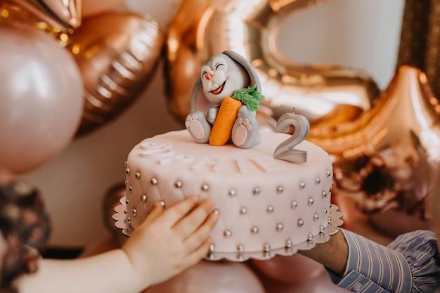 マジパンの装飾とキャンドルが付いた手作りケーキ