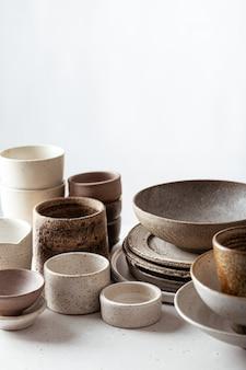수제 세라믹 식기, 빈 공예 세라믹 접시, 그릇 및 밝은 배경에 컵