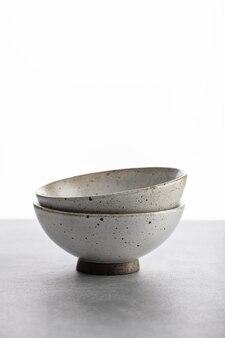 수제 도자기, 밝은 배경에 빈 공예 세라믹 그릇