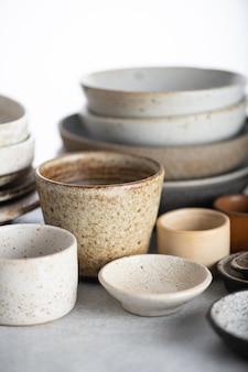 수제 도자기, 빈 공예 세라믹 접시와 밝은 배경에 그릇, 선택적 초점