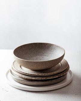 수제 도자기, 빈 공예 세라믹 접시와 밝은 배경에 그릇