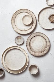 수제 도자기, 밝은 배경 평면도에 빈 공예 세라믹 플레이트