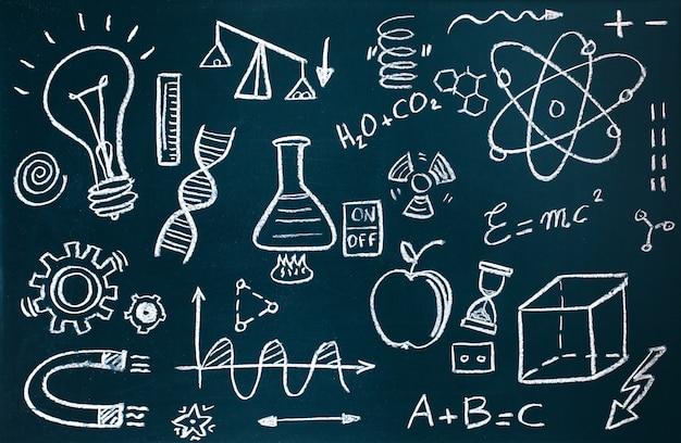 手作りの化学者と黒板の背景に数学的な図面