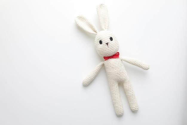 かぎ針編みの白うさぎと手作りの子供のおもちゃ