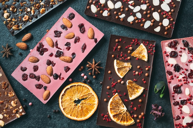 다양한 말린 과일과 견과류 토핑을 곁들인 수제 초콜릿 바입니다.