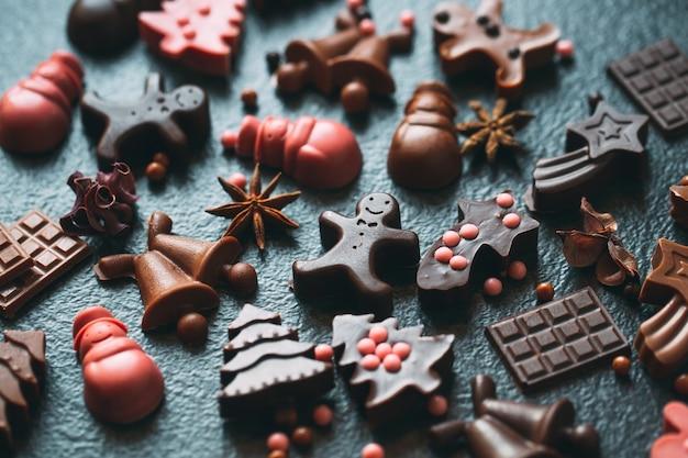 手作りのチョコレートの置物。ダークチョコレートとミルクチョコレート。