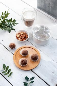 お祝いの白いテーブルに手作りのチョコレートトリュフ。