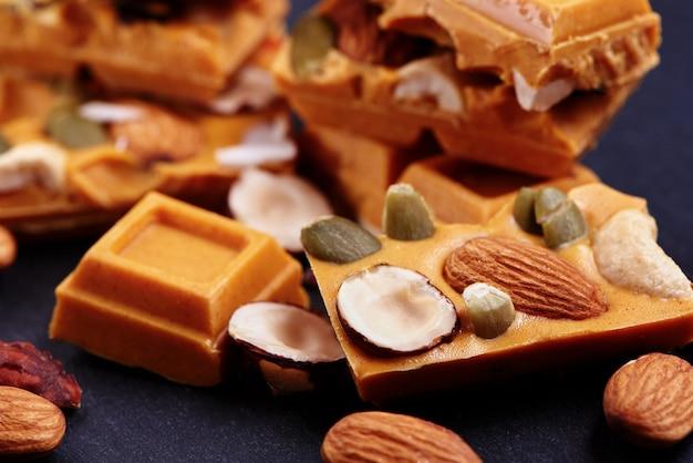 ドライフルーツとナッツを使った手作りチョコレート