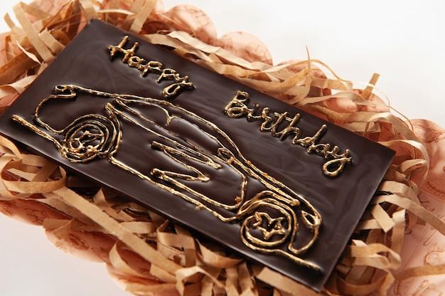 さまざまな種類のチョコレートデコレーションで飾られた、バーの形をした天然成分を使った手作りチョコレート