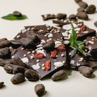 Нарезанный темный шоколад ручной работы с разными суперпродуктами