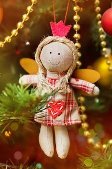 전나무 나무에 반짝이 장식으로 수 제 크리스마스 천사