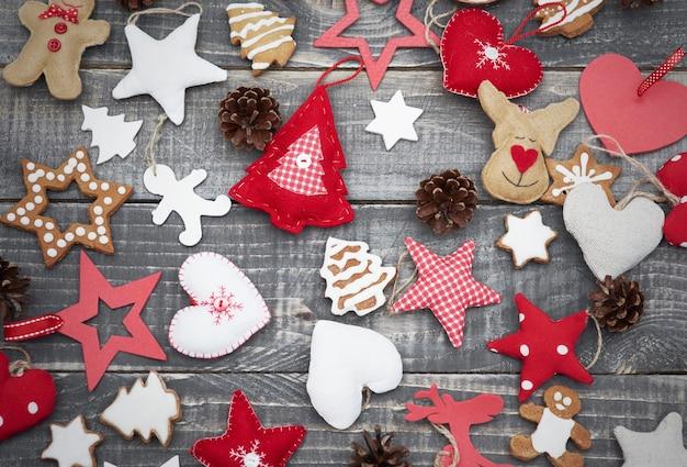 机の上の手作りのクリスマスの装飾