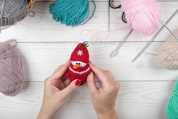 手作りのクリスマスニットギフト、あみぐるみのおもちゃ。