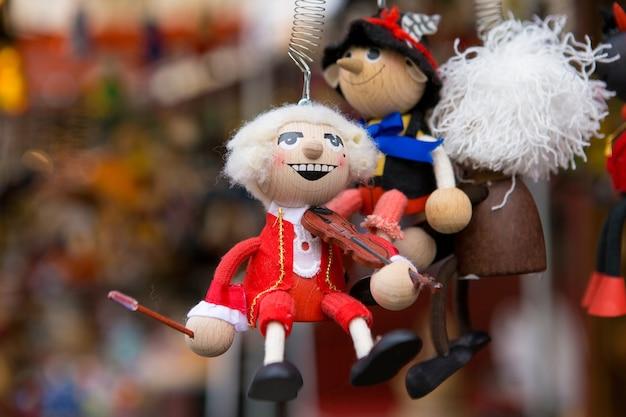 크리스마스 시장 클로즈업에 수제 크리스마스 장난감입니다.