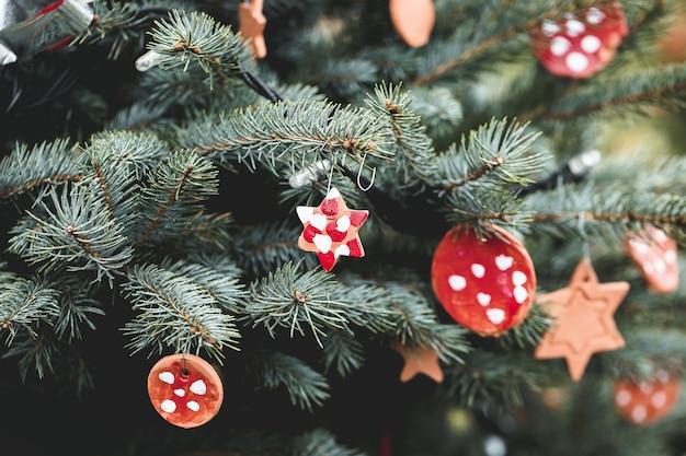 야외 크리스마스 트리에 손수 점토 장식입니다. 아이들을위한 diy 창의적인 아이디어.
