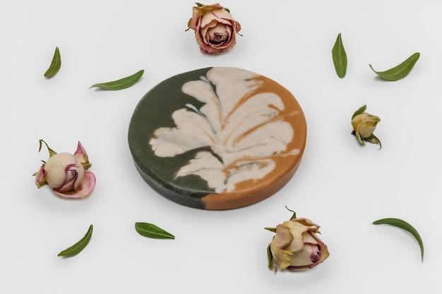 Глиняное мыло ручной работы из мертвого моря. косметическая глина. мыло ручной работы из черной, голубой, белой и зеленой глины. натуральная органическая домашняя косметика для ухода за кожей. антицеллюлитные процедуры.