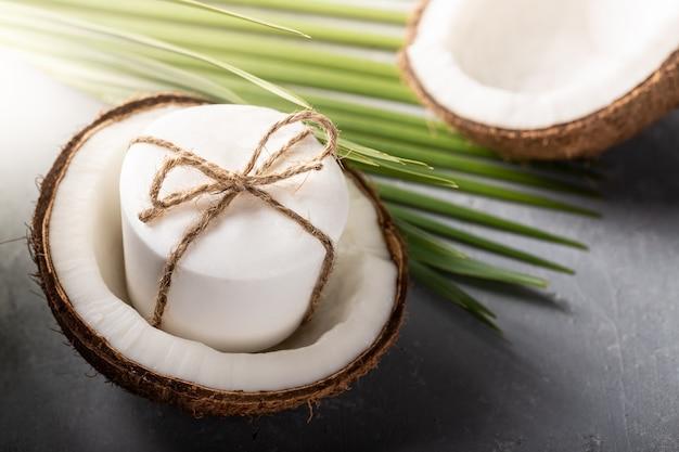 Кокосовое мыло ручной работы на сером