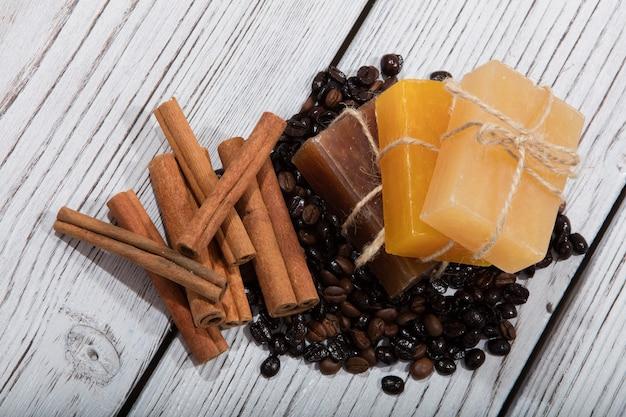 Мыло ручной работы с ароматом кофе на деревянных фоне