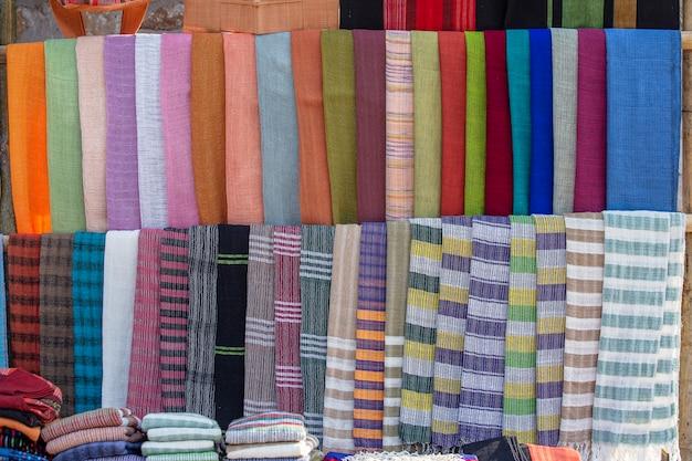 미얀마 버마의 인레 호수(inle lake) 근처 거리 시장에 있는 관광 가판대에서 판매되는 다채로운 수제 버마 직물. 확대