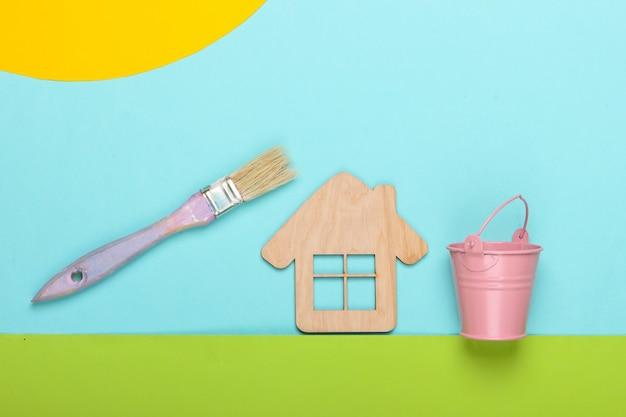 맑은 하늘 날에 양동이와 잔디와 페인트 브러시에 집의 손수 구성