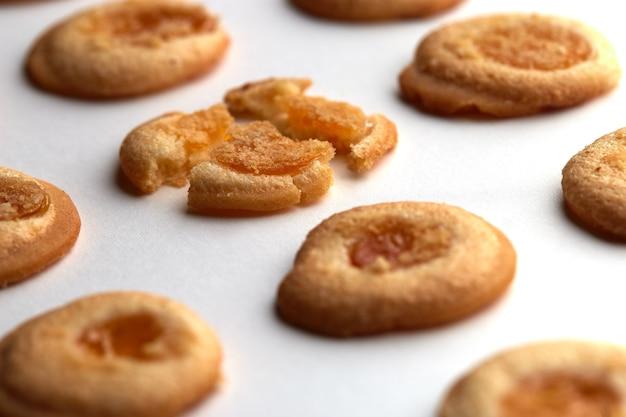 살구 잼이 균등하게 배열 된 수제 쿠키