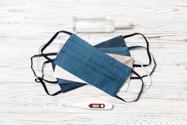 手作りの綿のマスク、デジタル体温計、アルコール消毒剤