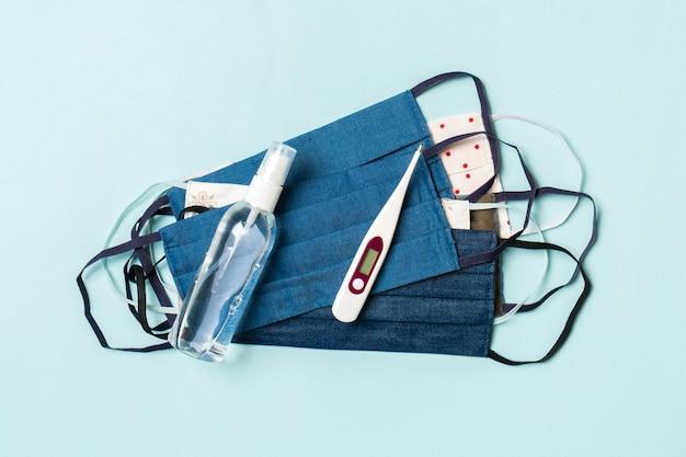 手作りの綿のマスク、消毒剤、温度計