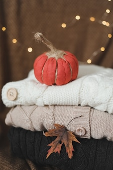 感謝祭とハロウィーンのコンセプトで家の秋の装飾のための手作りの居心地の良い生地のカボチャ