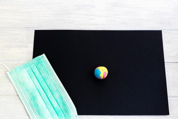 Поделки ручной работы. творческие занятия для детей. черная бумага и неоновый пластилин. детское творчество.