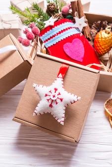 Декор ручной работы с картонной коробкой, рождественская концепция