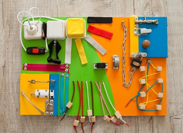 手作りのdiy忙しいボード-感覚的な子供のおもちゃの上面図