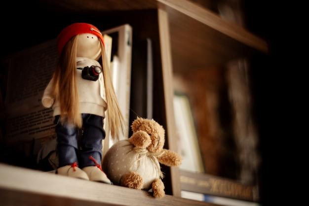 책장에 수제 인형과 곰