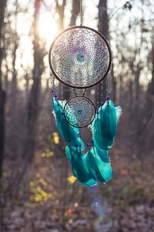 手作りのドリームキャッチャー、羽毛のスレッドとビーズのロープハンギング