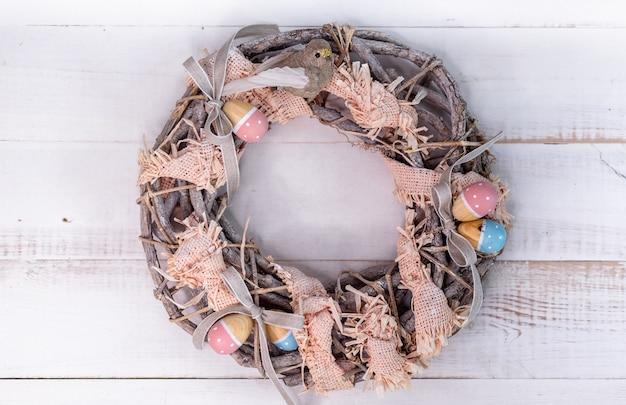 Пасхальный венок ручной работы из веточек и лент с милой птичкой и деревянными яйцами