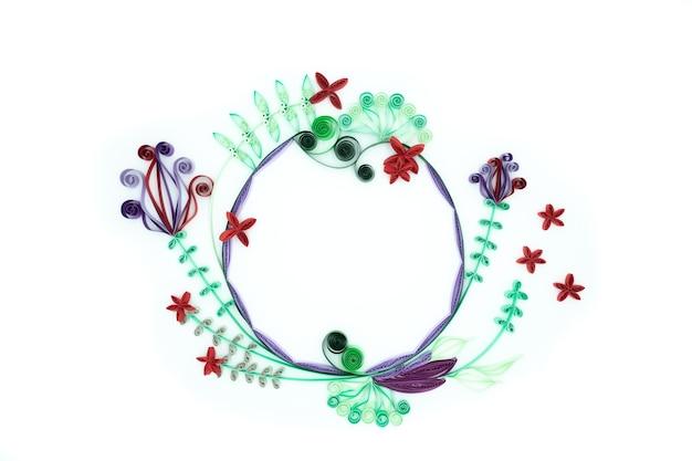 흰색 배경에 종이 꽃과 함께 손으로 만든 축제 장식 프리미엄 사진