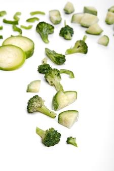 Замороженные овощные полуфабрикаты ручной работы. нарезанные овощи для быстрого приготовления. веганская диета.