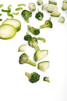 手作りの冷凍半完成野菜の準備。野菜のみじん切りで素早く調理できます。ビーガン食