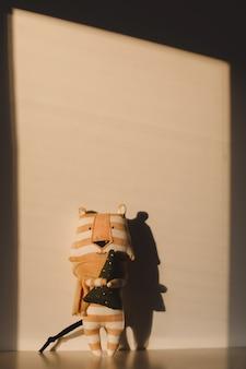 日当たりの良い背景に新しいの手作りの面白い小さな虎のおもちゃのシンボル