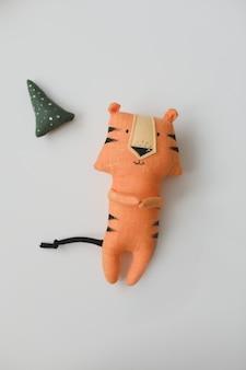 白い背景の上の新しいの手作りの面白い小さな虎のおもちゃのシンボル