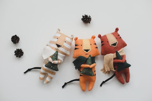 白い背景の上の新しい新年のコンセプトの手作りの面白い小さな虎のおもちゃのシンボル