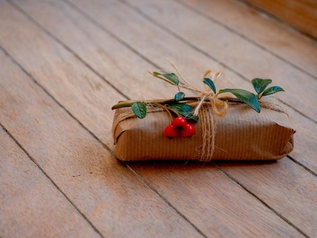 나무 테이블에 베리와 함께 수 제 선물 상자