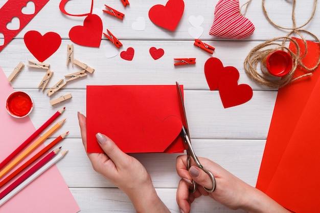Изготовление подарочной открытки ручной работы, вырезание и вставка, бумага для рукоделия и инструменты своими руками на белом дереве