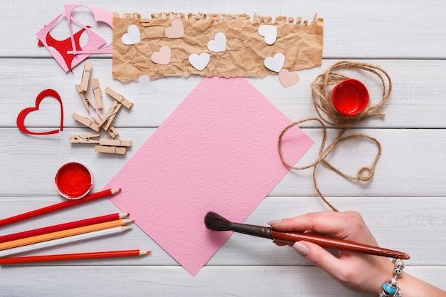 Создание подарочных открыток ручной работы, роспись красных сердечек, крафт-бумага и инструменты своими руками на белом дереве